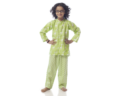 Kids giraffe printed nightsuit thumb