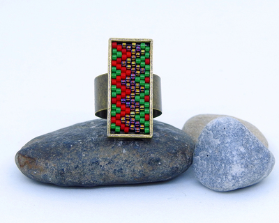 Short zig zag ring in red and green thumb
